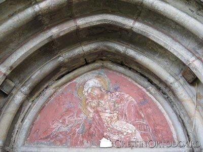 Manastirea Humor - Maica Domnului (frontonul usii de intrare)