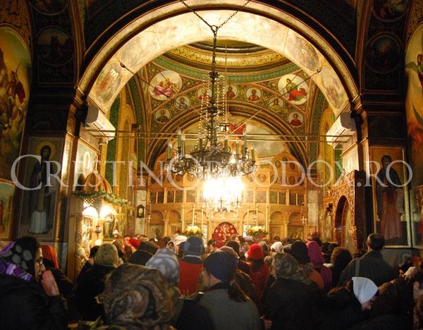 Credinciosi in biserica Sfantul Mina Vergu