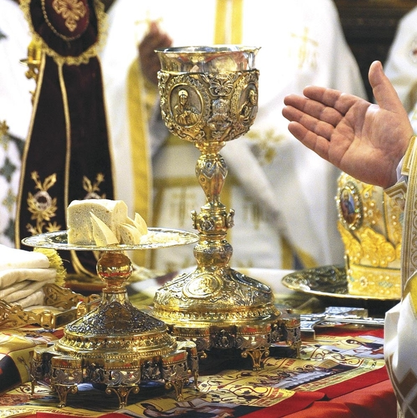 Cum se impartasesc slujitorii sfintelor altare si credinciosii