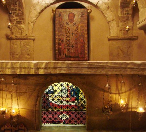 Mana sau Santa Mana, lichidul care izvoraste din mormantul Sfantului Nicolae