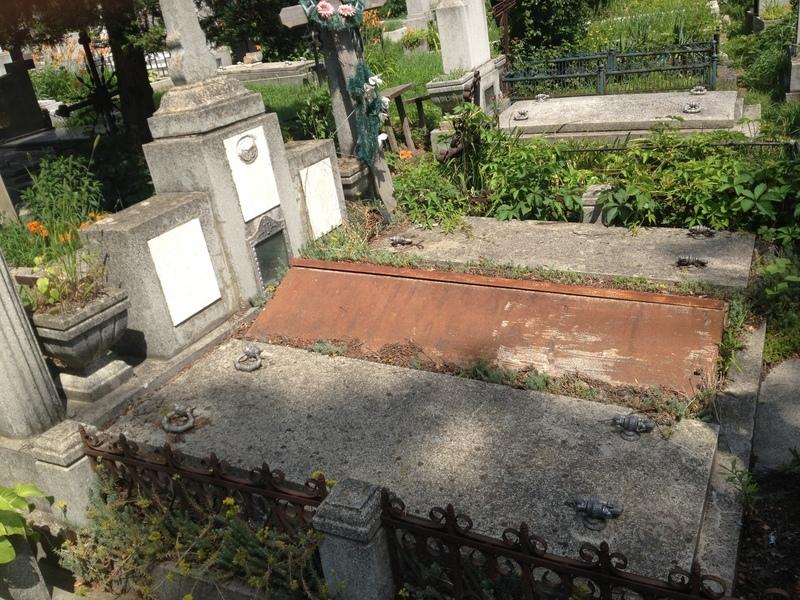 Cripta, calitatea I, aproape de biserica