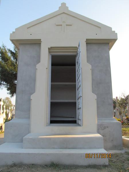 Vînd cavou capelă  în cimitirul Domneşti