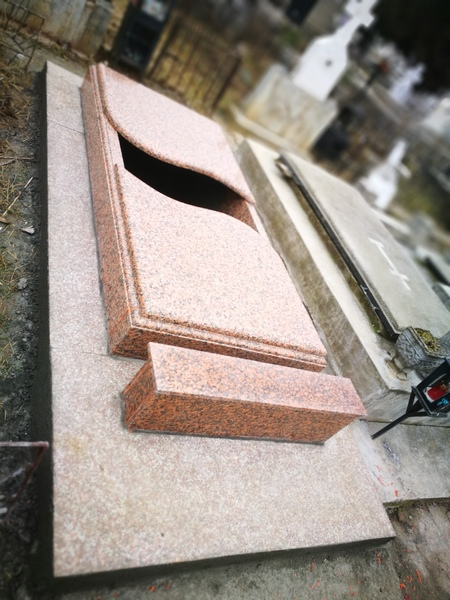 Vând cripta 3 locuri din granit masiv