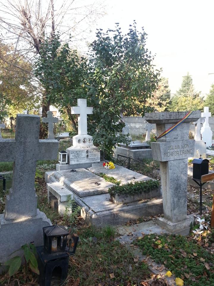 2 locuri de veci alaturate, Sfanta Vineri, monument